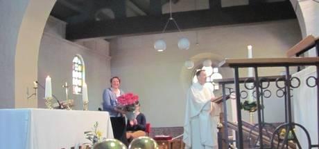 Parochianen danken de gedecoreerde Hetti van Kessel bij eucharistieviering in Velddriel