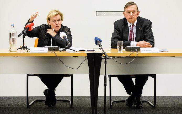 Ank Bijleveld (L) en Jeroen van der Veer (R) tijdens een persconferentie.
