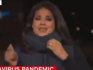 """""""Je n'ai pas pu m'arrêter"""": une journaliste fond en larmes en plein direct après un reportage sur la Covid-19"""