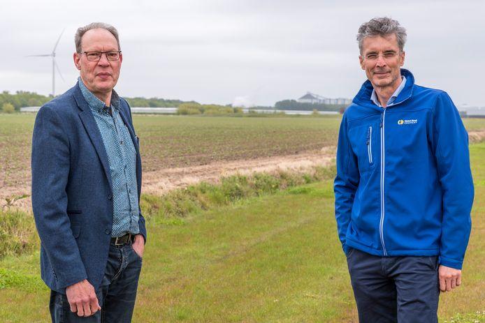 Piet Janmaat (links) en Paul Hagens met op de achtergrond de suikerfabriek