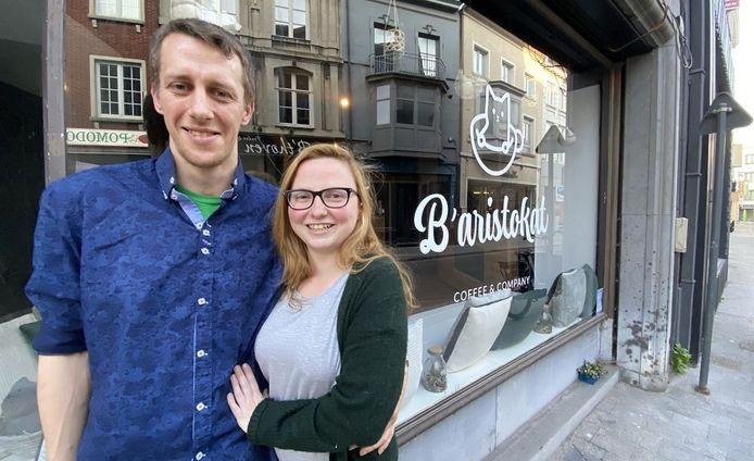 Kristof Leroy en vriendin Sarah Schouppe, voor B'Aristokat in de Onze-Lieve-Vrouwestraat 9