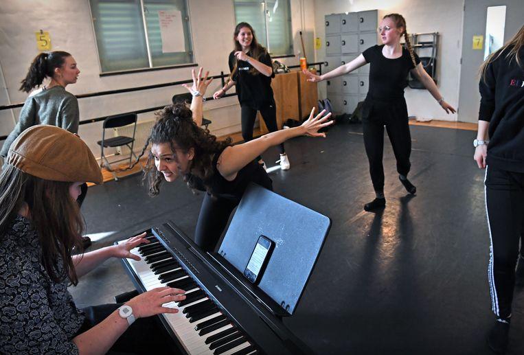 Vijf studenten dansen vol overgave door het lokaal van ROC Mondriaan in Den Haag. Beeld Marcel van den Bergh / de Volkskrant