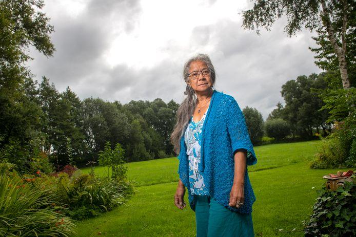 Lenne Boonstra in haar tuin, gelegen in de natuur van het Ruurlose Broek. De komst van windturbines is volgens haar een slecht vooruitzicht. Niet alleen voor haar als inwoner, maar ook voor de natuur.