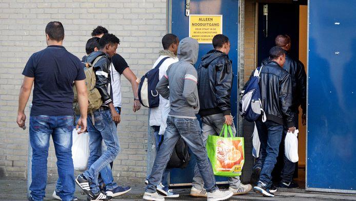 Vluchtelingen komen toe in een noodopvangcentrum in de stad Apeldoorn. Foto ter illustratie.