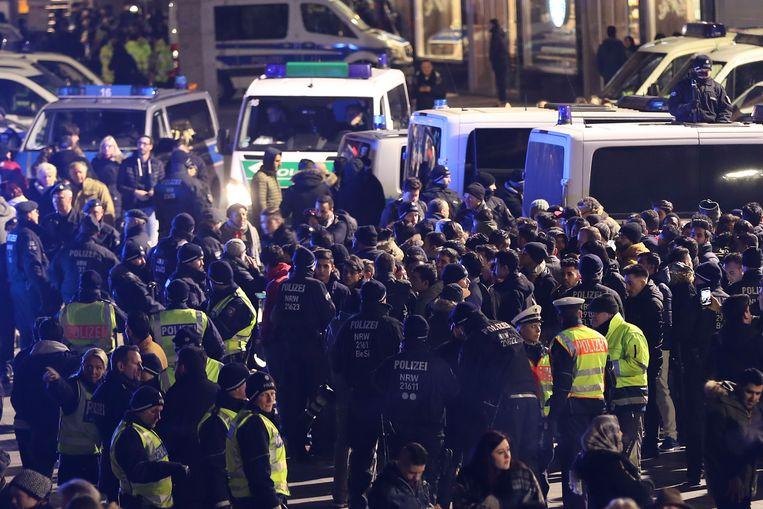 De Duitse politie houdt mannen tegen die verdacht worden van seksuele intimidatie op nieuwjaarsnacht in Keulen. Beeld Getty Images