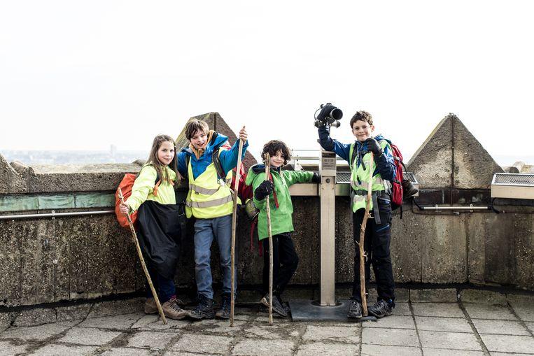 Klimaatpelgrims Finn (9), Lucie (11), Maxime (12) en Gust (12) op de top van de Basiliek van Koekelberg. Beeld Tine Schoemaker