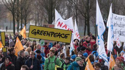 """Greenpeace vraagt aan Slovaakse ambassade vrijlating van Belgische activisten: """"Het zijn helden, geen criminelen"""""""