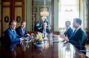 De formatie van een kabinet in 2017, met van links naar rechts Alexander Pechtold (D66), Sybrand Buma (CDA), Tjeenk Willink, Gert-Jan Segers (ChristenUnie en Mark Rute (VVD)
