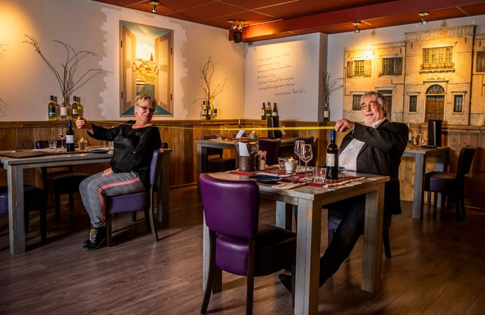 Willem de Jong heeft zijn restaurant Het Smaakhuis in Moordrecht coronaproof gemaakt. Zo staan de tafels ver uit elkaar en mag er maar één persoon tegelijk naar de wc.