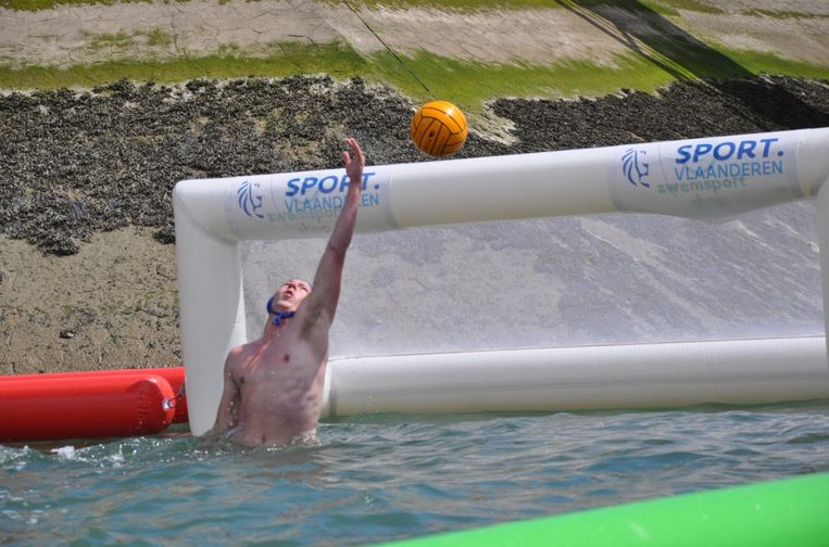Beach waterpolo: telkens drie spelers en een doelman per team.