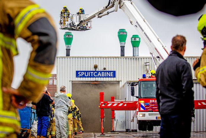 Een brand in een spuitcabine van een bedrijf aan de Nijverheidsweg in 's-Gravendeel zorgde ervoor dat de brandweer met veel materiaal uit moest rukken.
