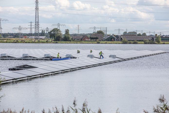 De aanleg van het zonnepark met drijvende panelen in de Sekdoornseplas is begonnen.