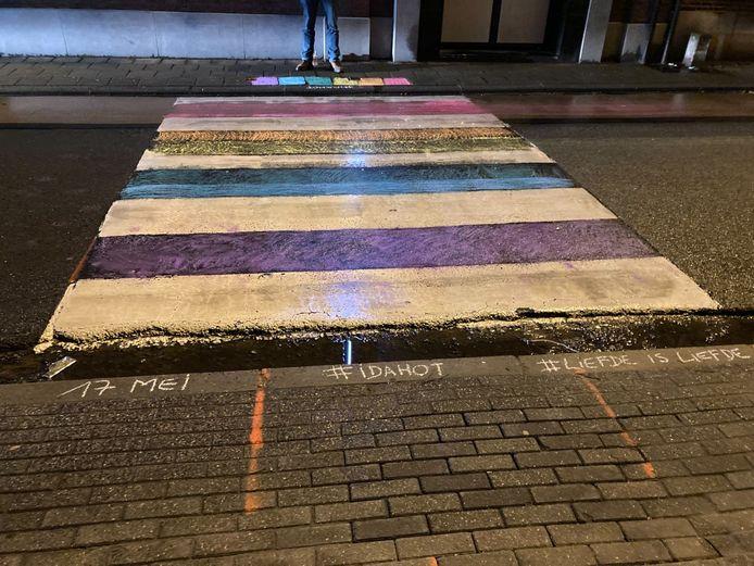 De partij schilderde enkele zebrapaden in de regenboogvlag.