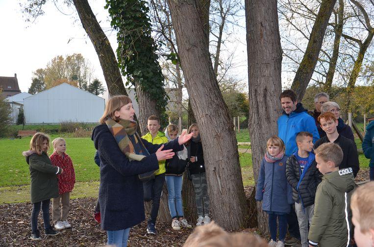 Feestelijke opening nieuw bibfiliaal Denderhoutem. Onderweg brachten leerlingen van de Academie voor Muziek, Woord en Dans poëzie en muziek.