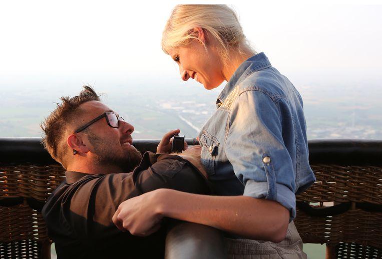 Frank Molnar vraagt Noa Neal ten huwelijk in een luchtballon.