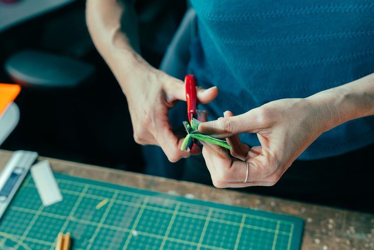 Ook al helpt de 3D-printer een handje, elk figuurtje wordt wel nog manueel gepolijst en versierd. Beeld Illias Teirlinck