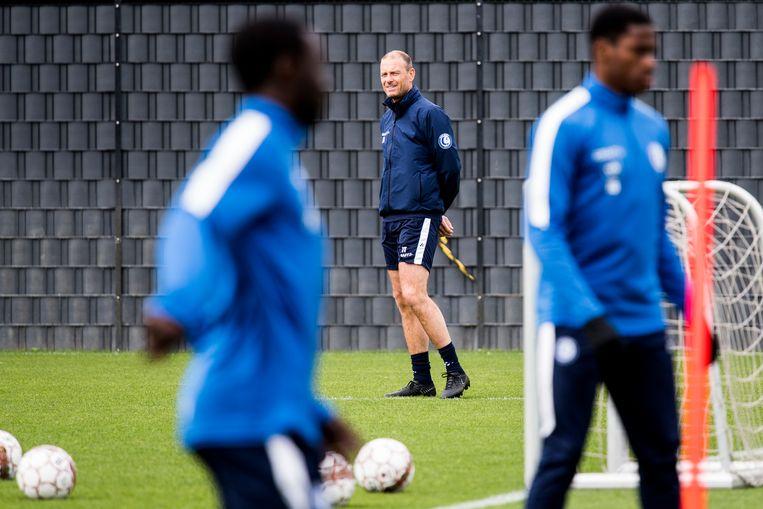 Gent-coach Thorup kijkt aandachtig naar de youngsters op training. Beeld BELGA