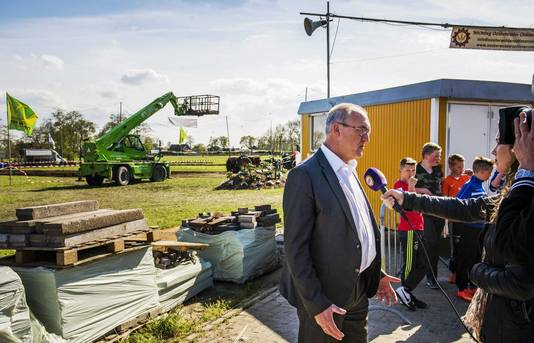 Burgemeester Hoogendoorn staat de media te woord na het ongeluk.