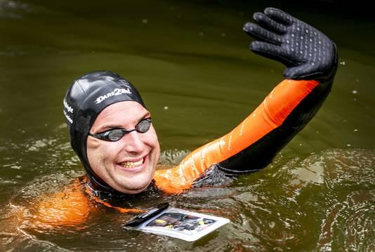 Olympisch zwemkampioen Maarten van der Weijden gaat opnieuw 199 kilometer zwemmen om geld in te zamelen voor kankeronderzoek.