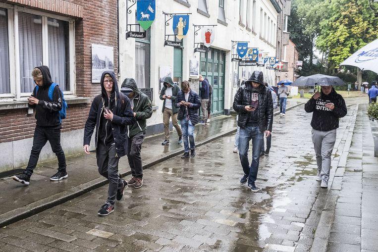 Ook in regenweer lopen de gamers door de straten.