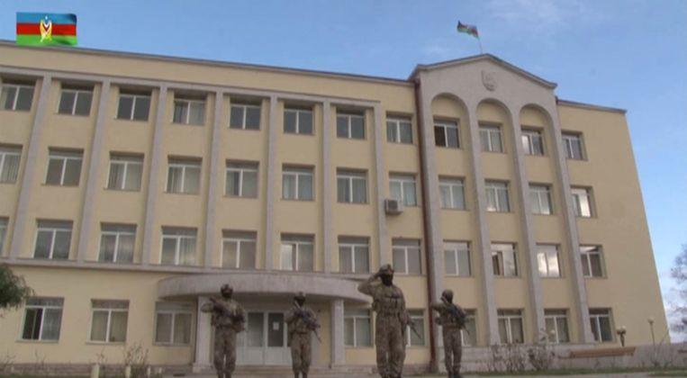 Een still uit een video van het Azerbeidjaanse ministerie van defensie die moet aantonen dat zijn militairen staan voor een overheidsgebouw in Sjoesji. Beeld Reuters