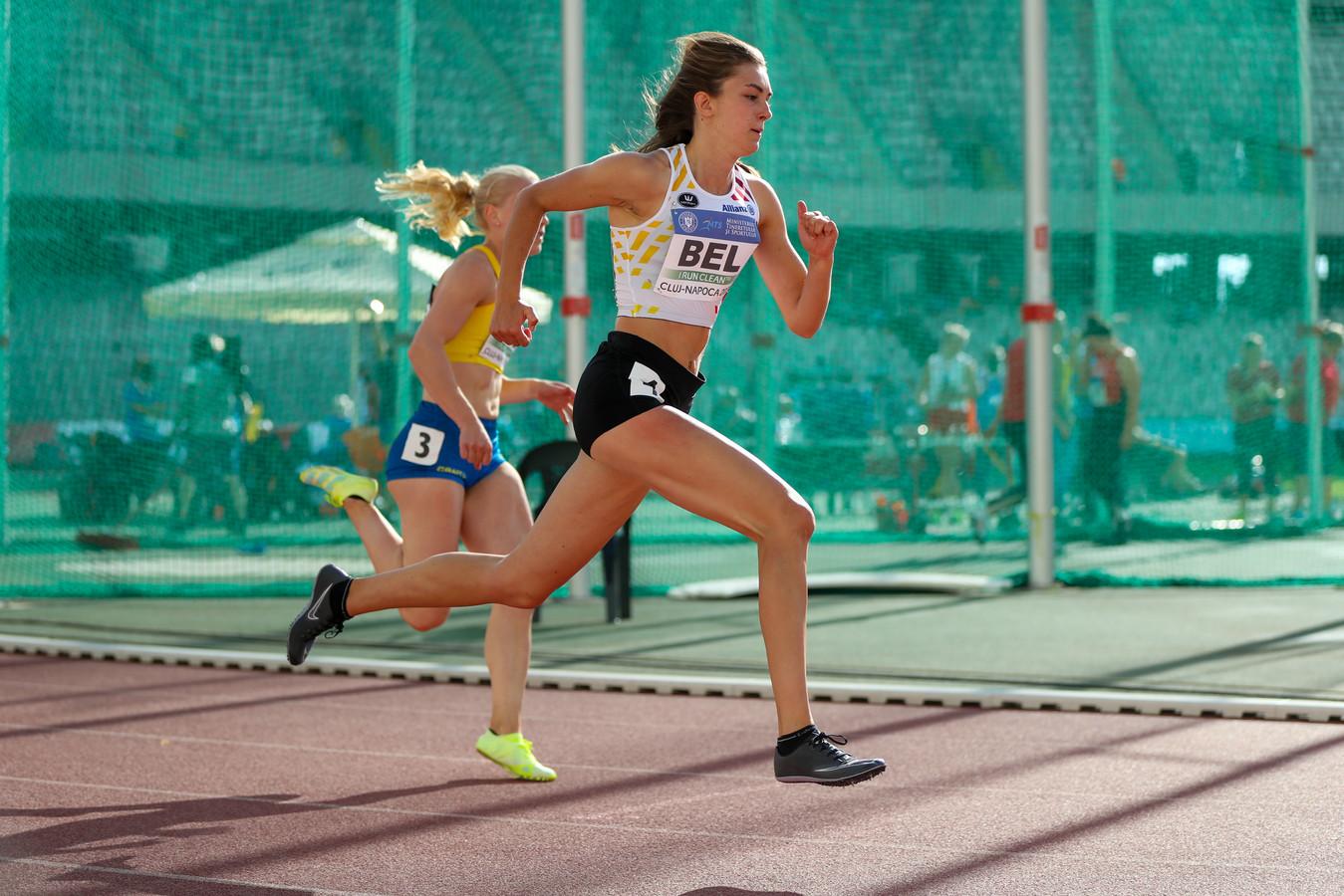 Eline Claeys spurt naar de tweede stek in de B-reeks in 58.30 en scoort veel punten voor België.