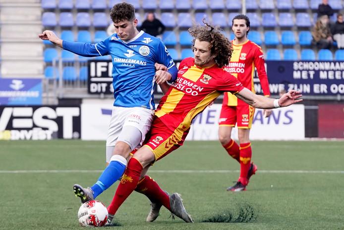 Ruben Rodriques van  FC Den Bosch wordt op de huid gezeten door Mael Corboz