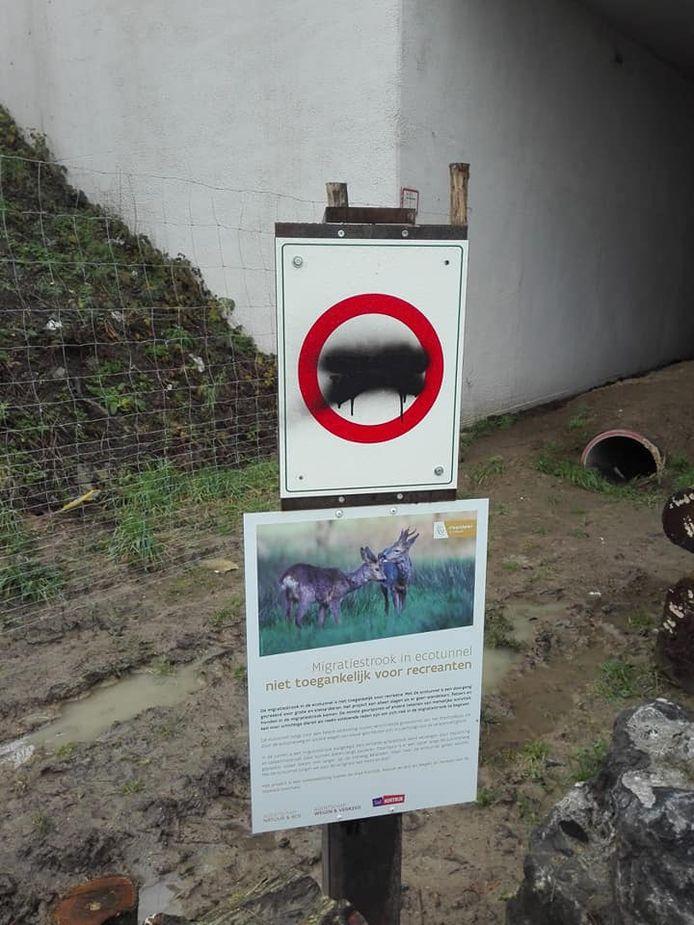 Signalisatie aan de ecotunnel werd al beklad of zelfs afgebroken en beschadigd.