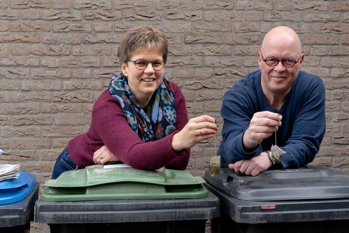 Brigit Groeneveld en Bertjan Kers  namen de proef op de som met het scheiden van huisafval. Een van de verrassingen was dat het ene theezakje het andere niet is.