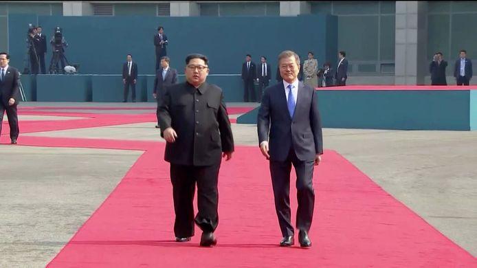 De Koreaanse leiders op de rode loper tijdens een welkomsceremonie.