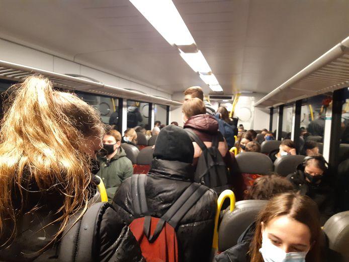 Drukte vanochtend in de Arriva-treinen tussen Boxmeer en Nijmegen.