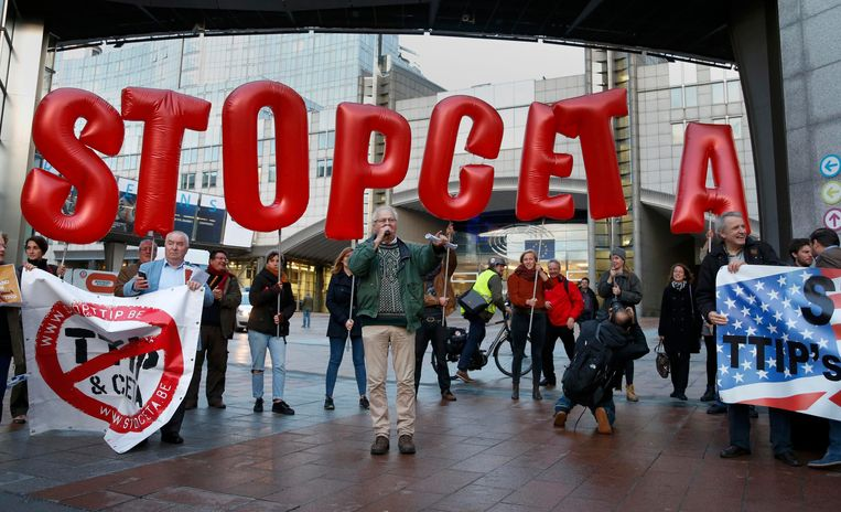 Actievoerders protesteren tegen de invoer van het handelsverdrag met Canada.  Beeld REUTERS