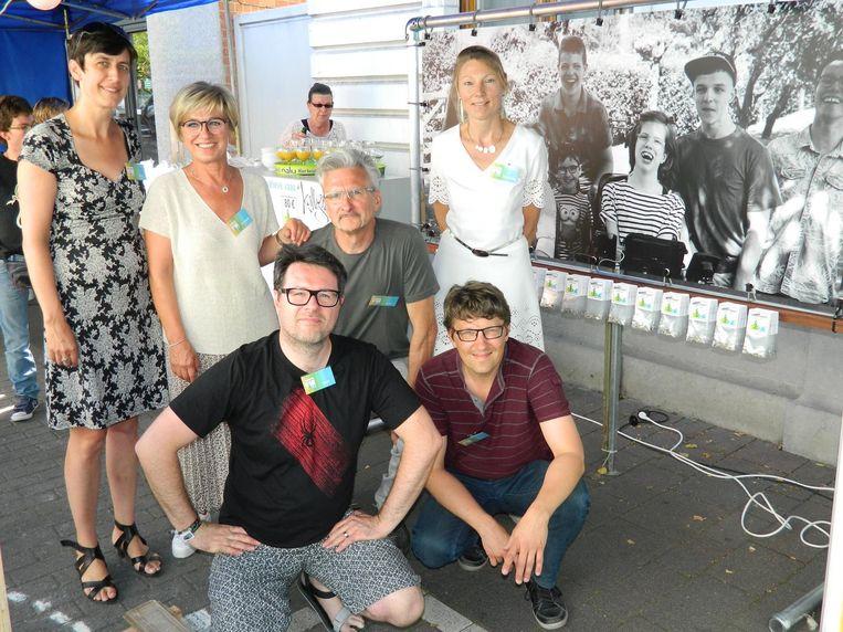 De ouders Carla, Kathleen, Joeri, Wendelien, Koen en Geert van vzw Aalternatief.