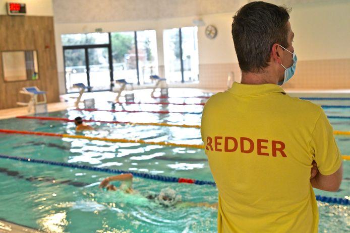 De Zwemkom Wevelgem. Een redder kijkt toe.
