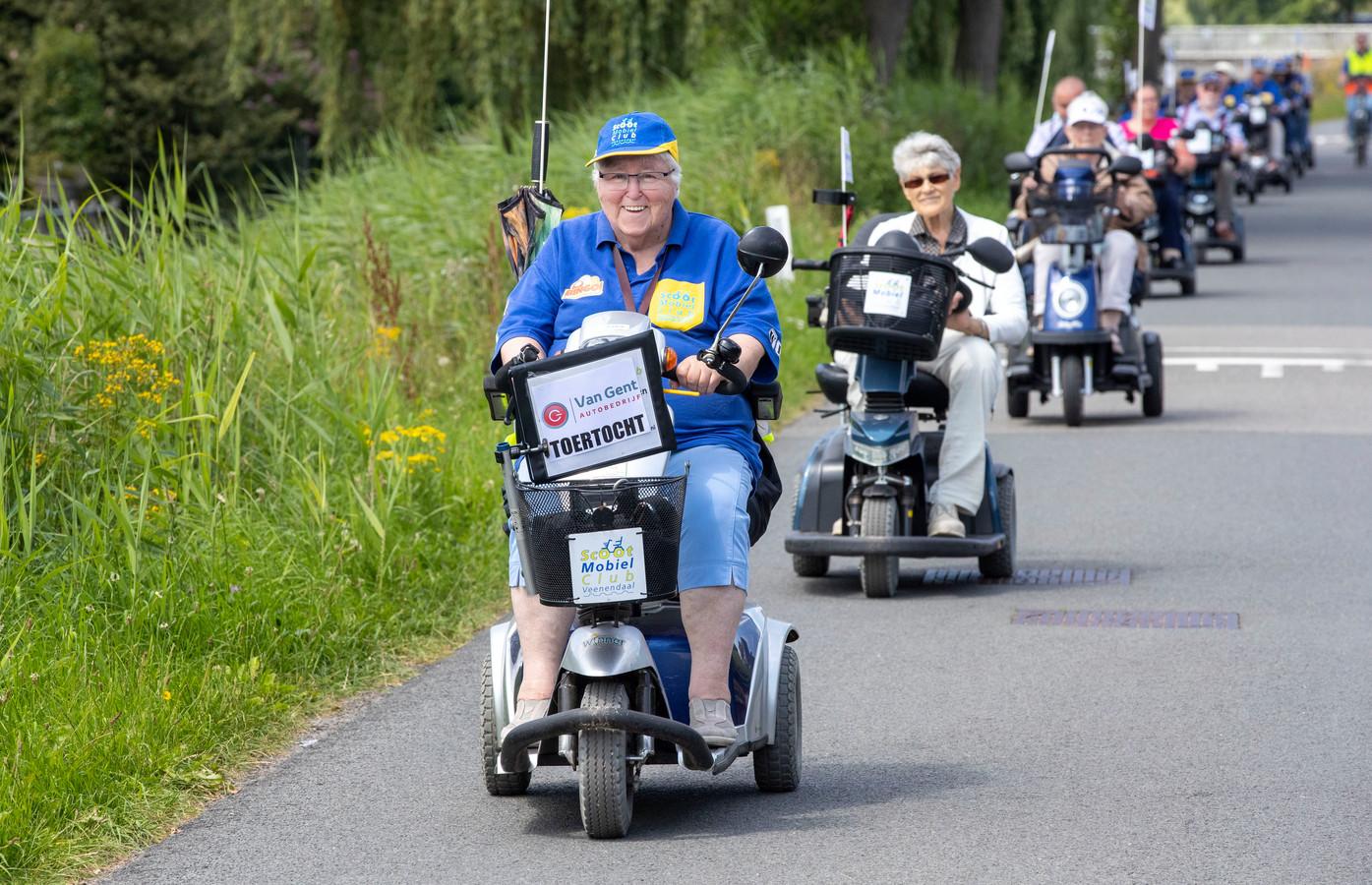 De leden van Scootmobielclub Veenendaal op het Gelders Benedeneind.