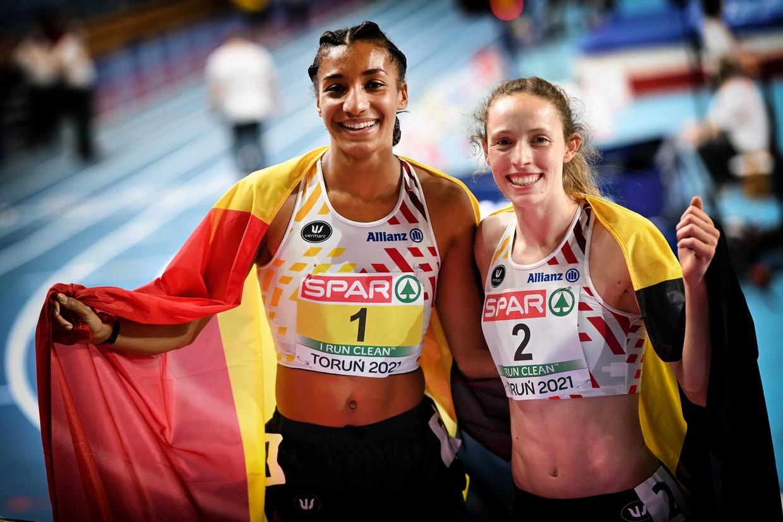 Nafi Thiam (goud) en Noor Vidts (zilver) poseren met de Belgische vlag na de vijfkamp op het EK indoor in Torun, Polen.  Beeld BELGA