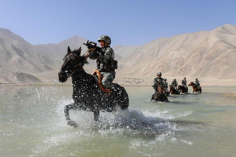 Militairen van het Chinese Volksbevrijdingsleger (PLA) oefenen in het Pamirgebergte in Kashgar, in de westelijke Chinese regio Xinjiang. Beeld AFP