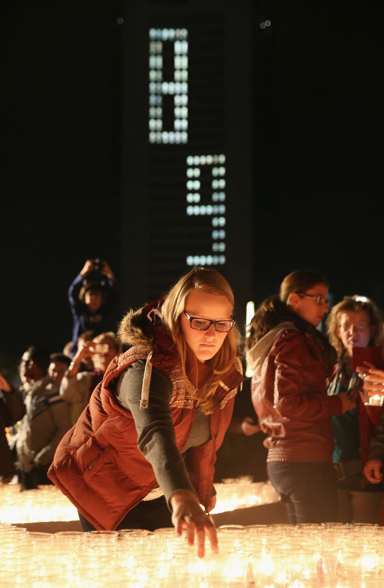 Mensen steken kaarsjes aan op Augustplatz om de massale protesten tegen de communistische regering in 1989 te herdenken. Beeld getty