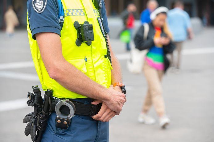 Een buitengewoon opsporingsambtenaar (boa) in Amsterdam met een bodycam. Zo'n honderd boa's hebben vorig jaar een bodycam gekregen als onderdeel van hun uniform.