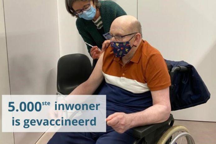 Marcel Brisaert is 5.000ste gevaccineerde inwoner in Pajottenland.