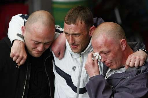 Liverpool-fans kunnen hun tranen niet bedwingen bij de herdenkingsdienst op Anfield.