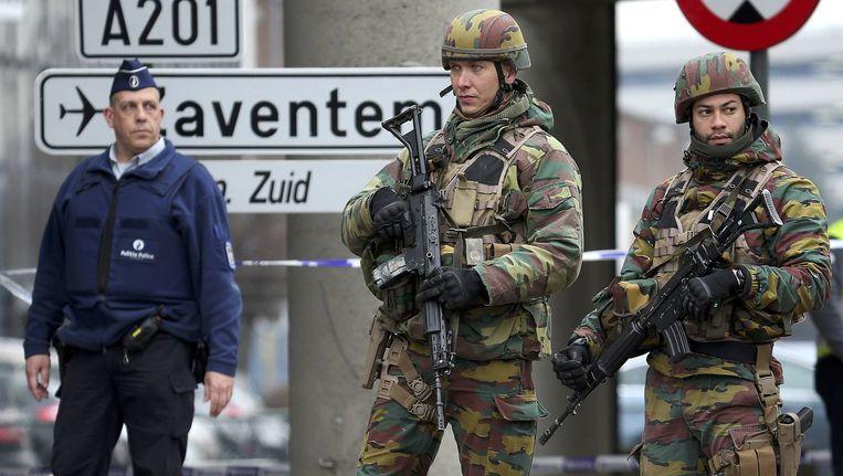 Militairen bewaken de weg naar het vliegveld in Zaventem. Beeld reuters