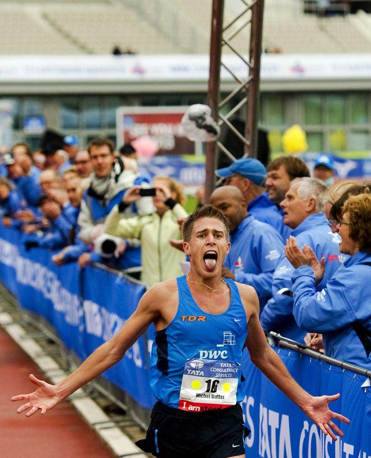 2012-10-21 AMSTERDAM - Nederlander Michel Butter komt over de finish in het Olympisch Stadion tijdens de Marathon van Amsterdam. De Castricummer liep een tijd van 2.09.57. ANP ROBIN VAN LONKHUIJSEN Beeld null