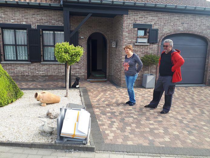 Eddy Pede en zijn vrouw hebben hun vernielde brievenbus voorlopig vervangen door een kartonnen doos.