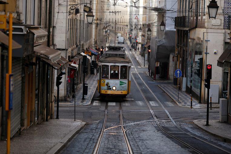Ook in de anders drukbezochte straten van Lissabon ontbreken de bezoekers. Beeld REUTERS
