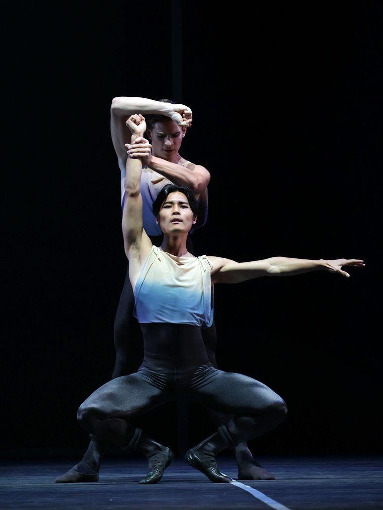 Young Gyu Choi en Jakop Feyferlik in 7e Symfonie van choreograaf Toer van Schayk door Het Nationale Ballet Beeld Hans Gerritsen