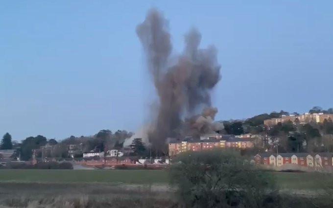 Beeld van de ontploffing van de bom uit de Tweede Wereldoorlog in de Britse stad Exeter. Door de ontploffing raakten huizen beschadigd.
