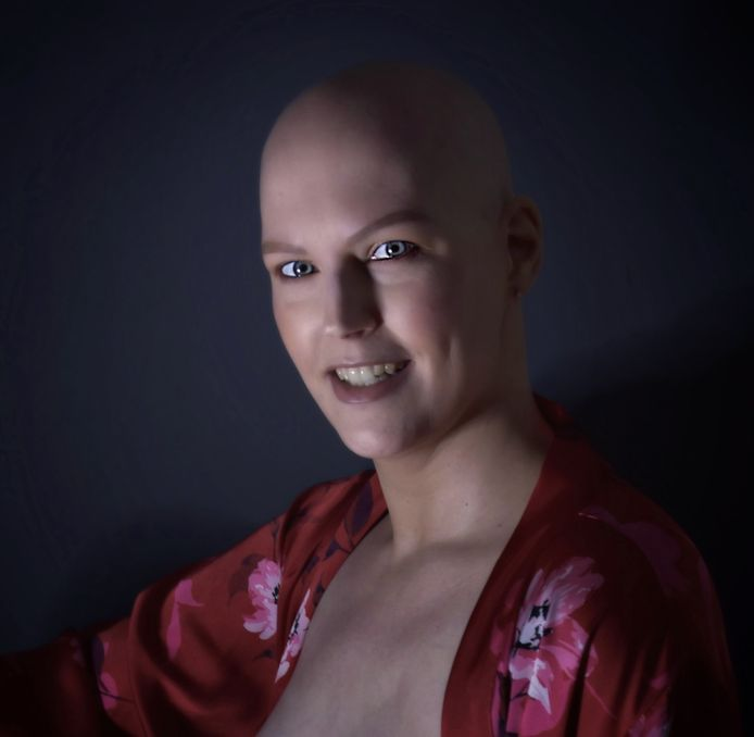 Dominique de Jonge geeft zich bloot tijdens een fotosessie. Met de foto's laat ze zien dat er uit een ellendige periode van behandelingen tegen kanker ook iets moois kan voortkomen.