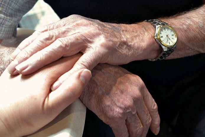 Mensen houden elkaars hand vast.