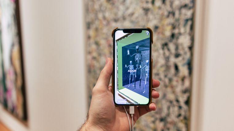 Als je via die app naar de abstract-expressionistische werken van Jackson Pollock in het MOMA kijkt, dan worden die weggevaagd en krijg je in de plaats digitale kunstwerken te zien. Beeld Momar